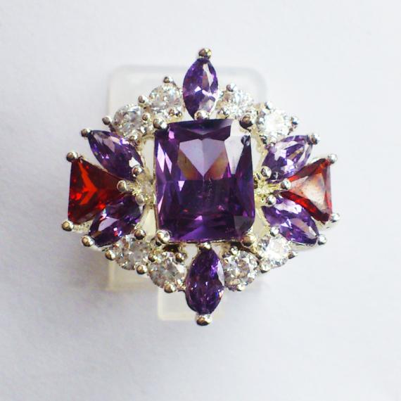 Кольцо с фиолетовыми камнями